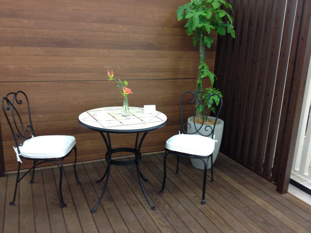 ガーデンファニチャーのコーディネート例-モザイクテーブル×クラシカルなアイアンチェア×ウッドデッキ